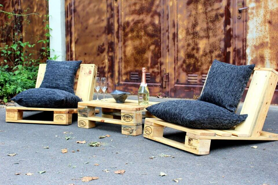 cute in design pallet outdoor seating