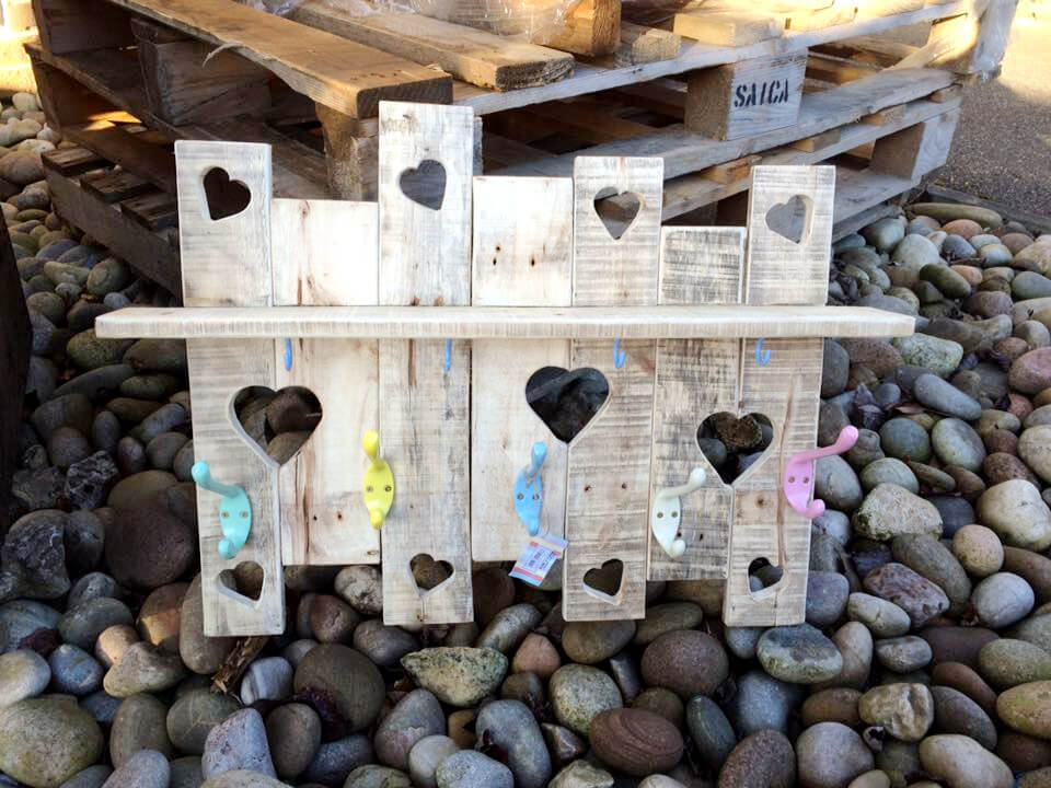 no-cost pallet love wall shelf